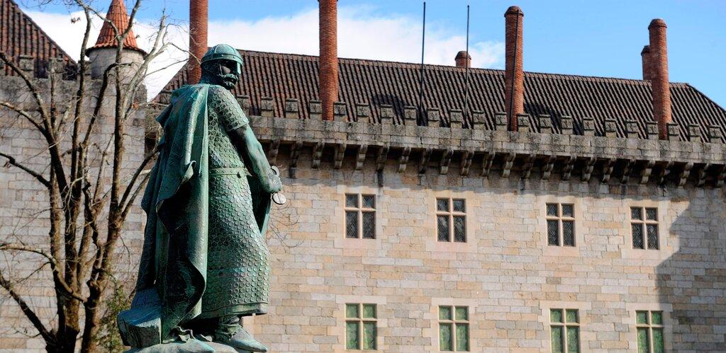 Estátua de Dom Afonso Henriques, protagonista da Batalha de São Mamede que se tornou o primeiro rei de Portugal. Foto: CM Guimarães.